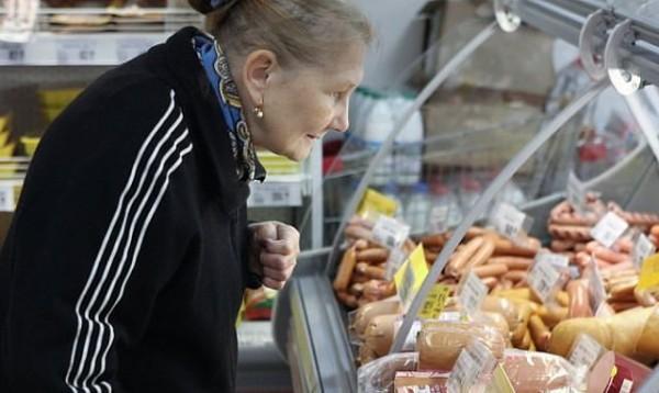 бабушка выбирает сосиски