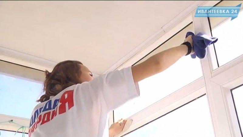 молодежь моет окна