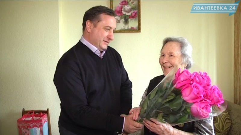 Михаил Рыжакин поздравляет ветерана