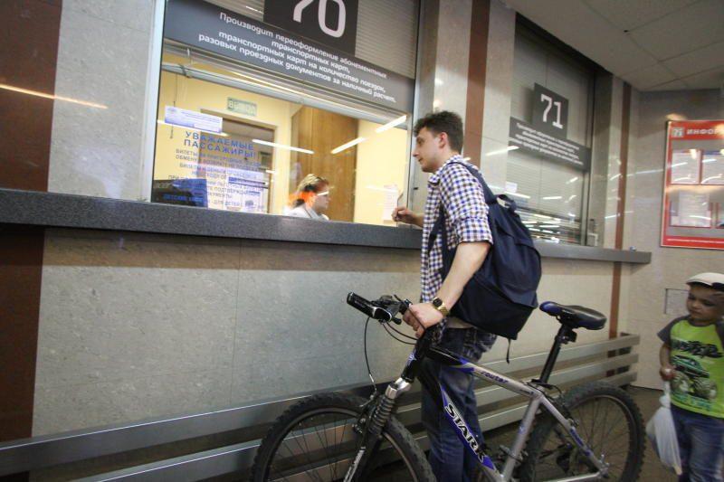 Покупает билет на провоз велосипеда