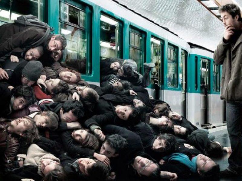 Толпа людей в метро