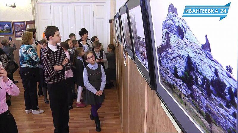 Школьники на фотовыставке