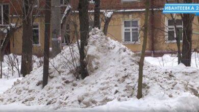 кучи неубранного снега