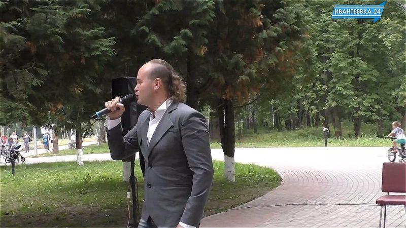 поет Юрий Барков