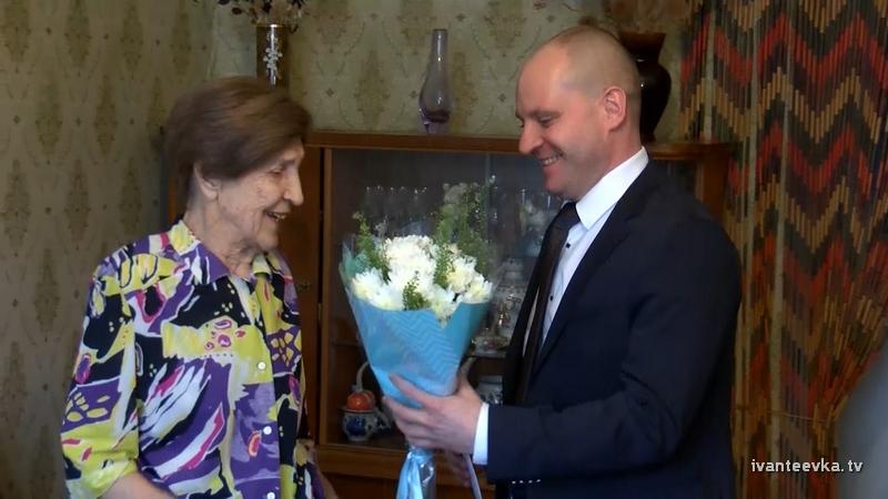 Глава поздравил с 90-летием Нину Борисовну Солнышкину