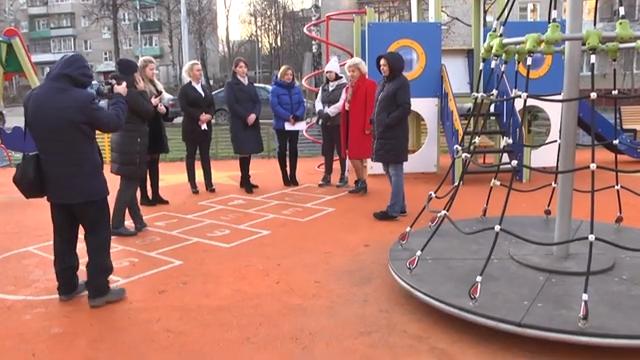 Алла Полякова осмотрела новый детский игровой комплекс 00 00 44