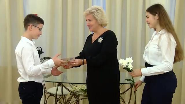 Алла Полякова вручила главный документ 11 школьникам 00 00 32