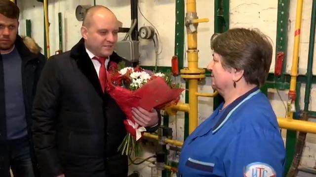 Максим Красноцветов поздравил с юбилеем сотрудницу  Ивантеевских теплосетей  00 00 22