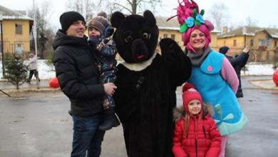 Photo of Дед мороз и Снегурочка подарили сладкие подарки маленький жителям Ивантеевки
