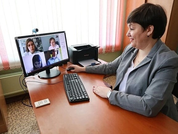 Работа онлайн ивантеевка трое юношей и две девушек выбирают место работы