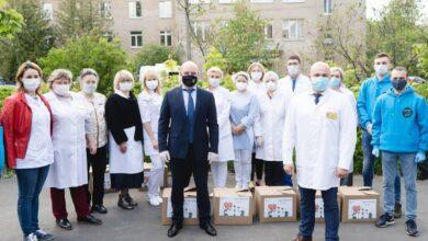 Photo of Глава города совместно с волонтерами вручил подарочные наборы врачам