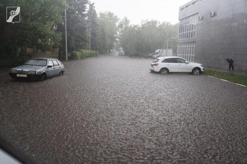 Из-за сильных дождей в городе наблюдаются подтопления улиц и проезжих частей
