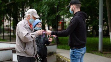 Photo of Волонтёры продолжают радовать прохожих на улицах сувенирами