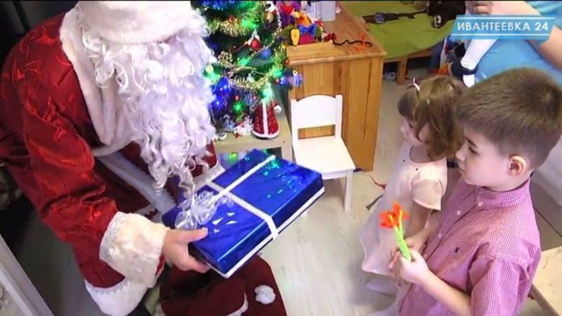 Дед Мороз вручает подарок детям