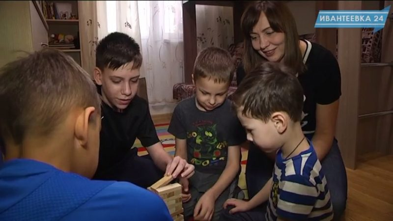 Дети играют в семье