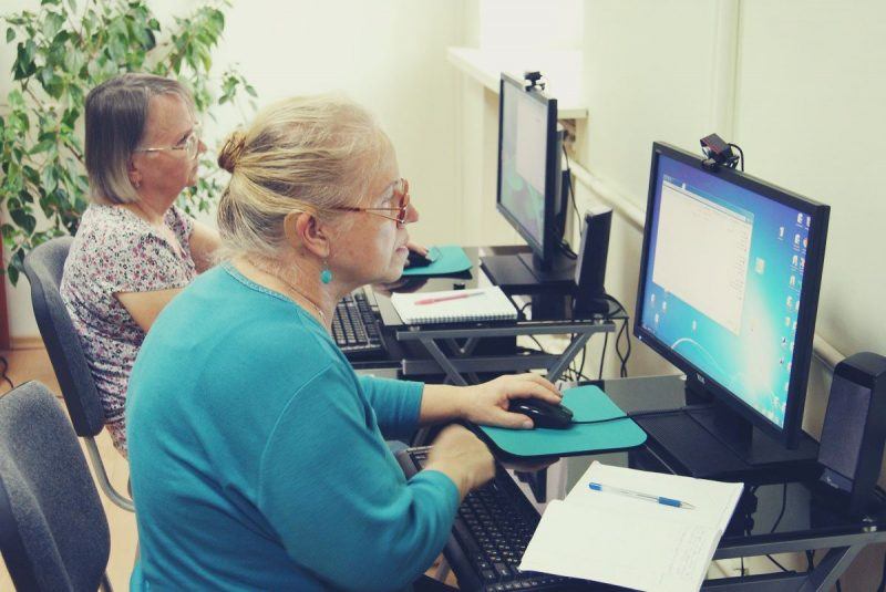 Пенсионеры осваивают компьютер
